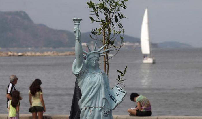 Макет статуи свободы на саммите «Rio+20»