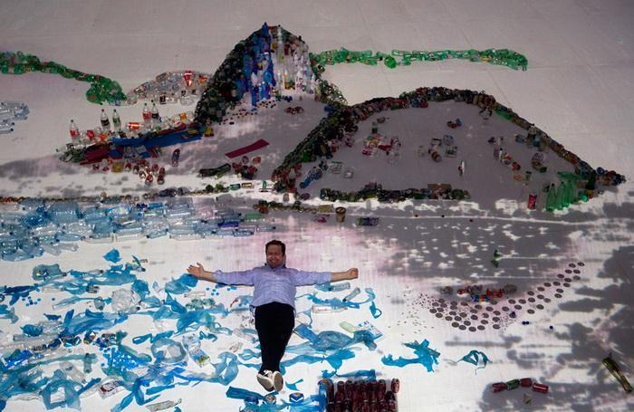 Инсталляция из пластика бразильского художника Vik Muniz