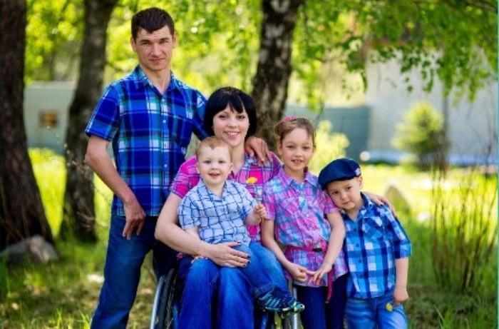 Алексей Рогозников с женой Натальей и тремя детьми.