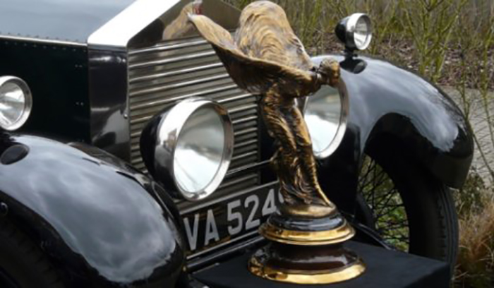 Ретро-статуэтка на капоте автомобиля Роллс-Ройс.