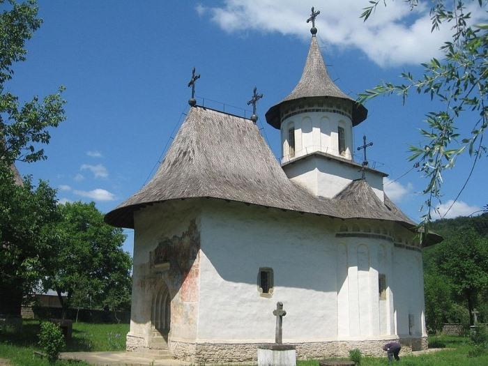 Фрески на фасаде монастыря Пэтрэуци практически не сохранились.