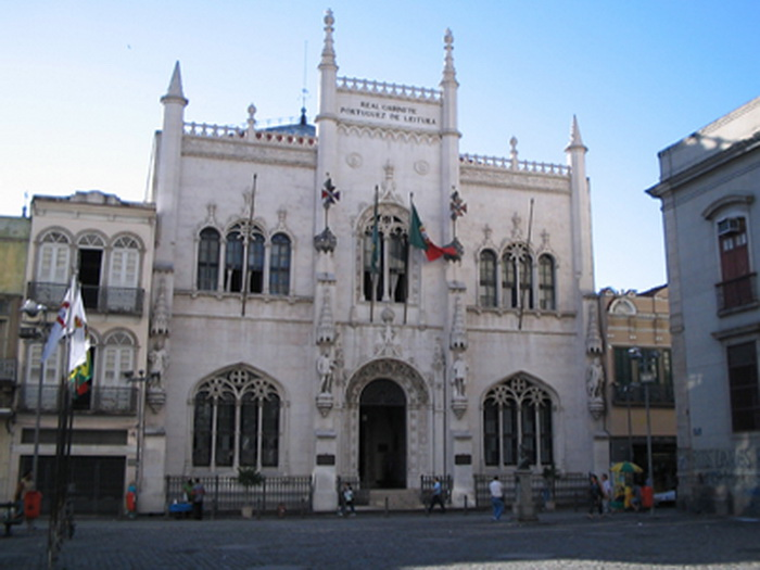 Фасад библиотеки напоминает готический собор