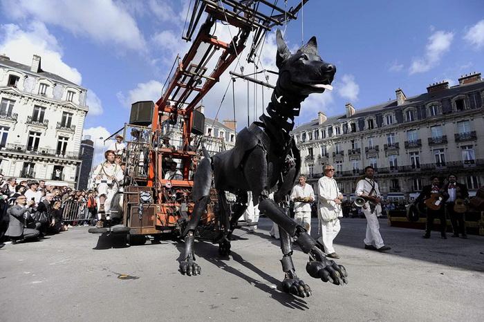 На улицах Ливерпуля во фремя фестиваля можно было увидеть огромного дружелюбного пса