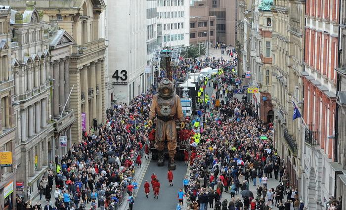 Гигантские куклы-марионетки *прошли* по улицам Ливерпуля