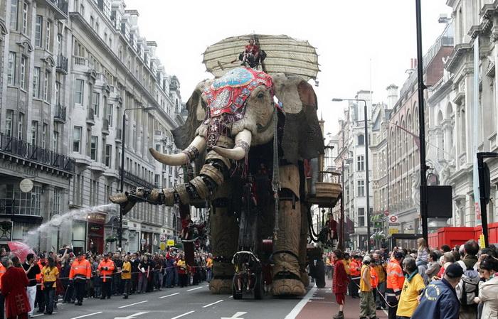Слон-марионетка шагает по Пикадилли