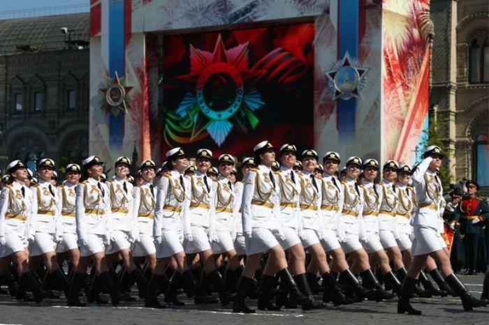 Девушки на параде в Москве | Фото: mirror.co.uk