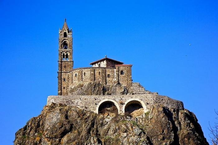 Часовня Святого Михаила была построена в 10 веке, колокольню достроили через два столетия
