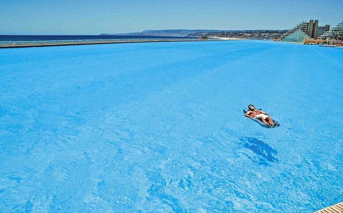 В бассейне Сан-Альфонсо-дель-Мар вода настолько прозрачная, что дно видно даже на глубине