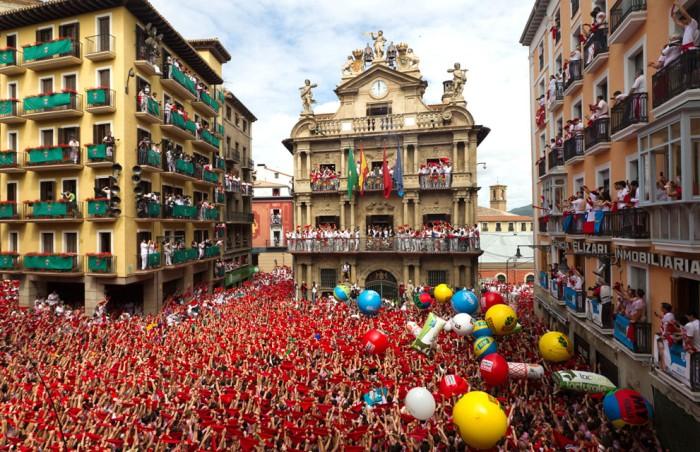 На Фестиваль Святого Фермина в Испании съезжаются туристы со всего мира