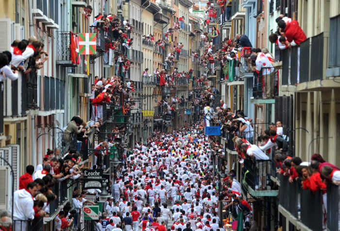 Многие жители наблюдают за энсьерро с балконов своих домов