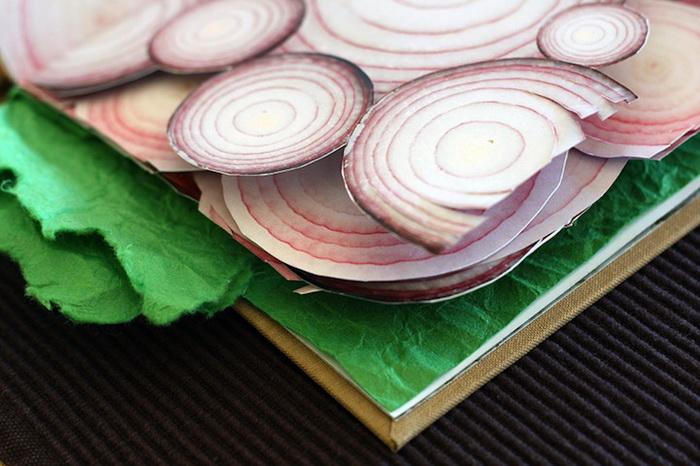 Каждая из страниц книги-сэндвича оформлена в виде одного из ингредиентов