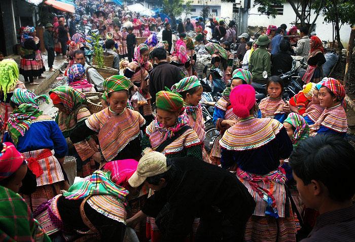 На ярмарке любви царит оживленная атмосфера, продается множество сувениров и этнических изделий