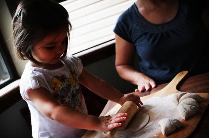 Ава раскатывает тесто для хлеба пита, Ирак