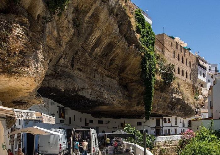Каменные глыбы в испанском городе Сетениль-де-лас-Бодегас