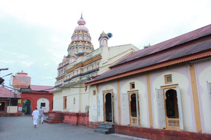 Храм без дверей в деревне Shani Shingnapur
