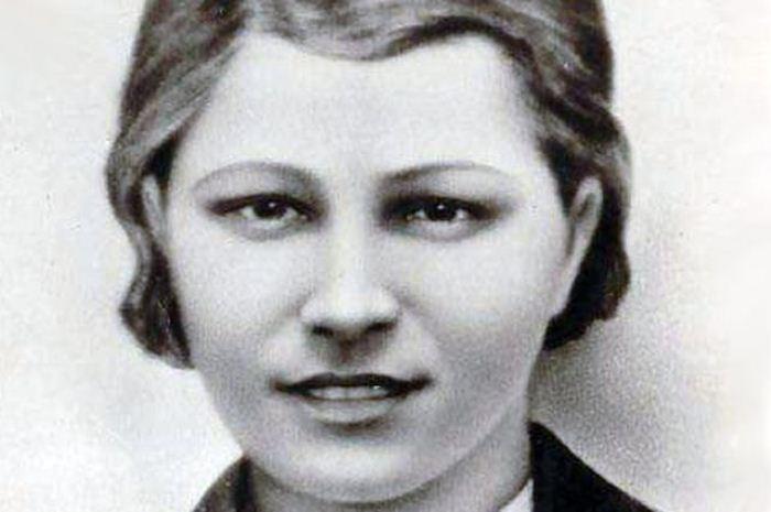 Портрет разведчицы Любови Шевцовой, подпольщицы из молодежной организации *Молодая гвардия*