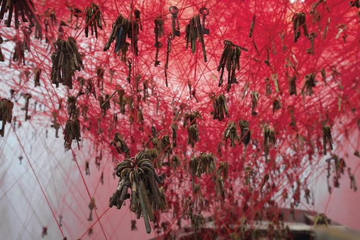 Инсталляция японской художницы Чихару Шиота (Chiharu Shiota)
