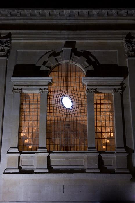 Окно напоминает крест, отраженный на поверхности воды