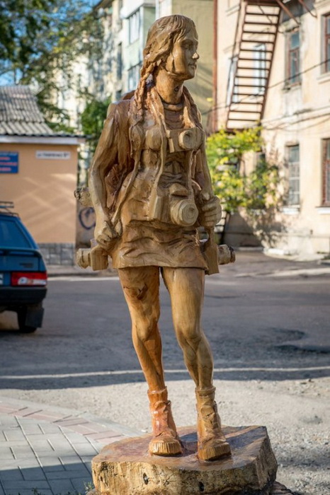 Деревянные скульптуры на улицах Симферополя