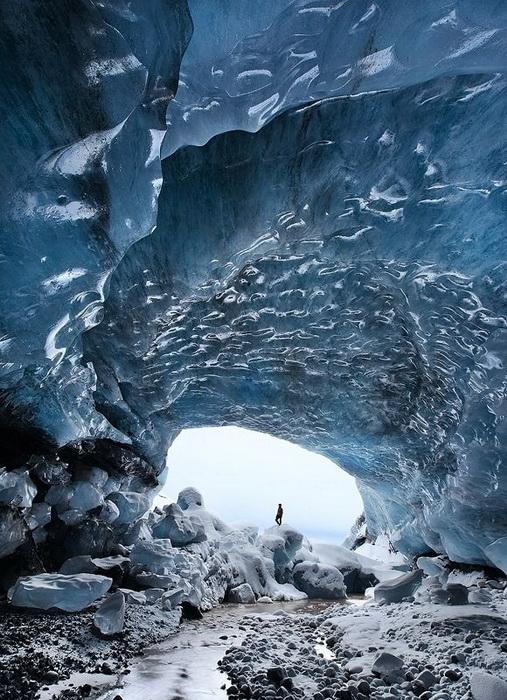 Сапфировые стены ледяной пещеры в парке Skaftafell (Исландия)
