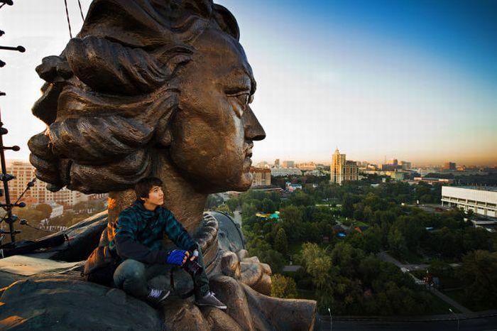 Марат Дюрпи взобрался даже на памятник Петру І