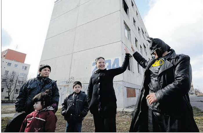 Бэтмен помогает людям