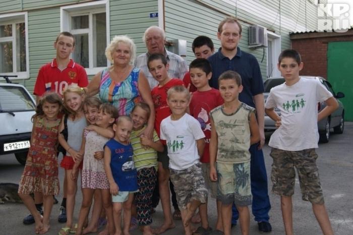 Татьяна и Михаил в окружении воспитанников. Фото: crimea.kp.ru
