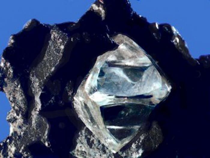 Алмаз в породе.