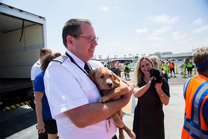 Капитан экипажа со спасенным псом на руках.