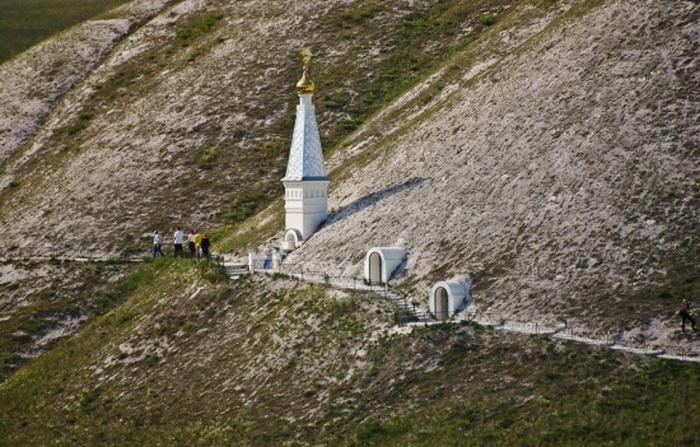 Свято-Спасский монастырь возведен в меловых горах