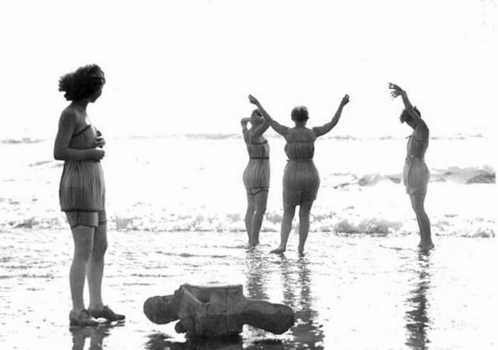 Девушки в деревянных купальниках.