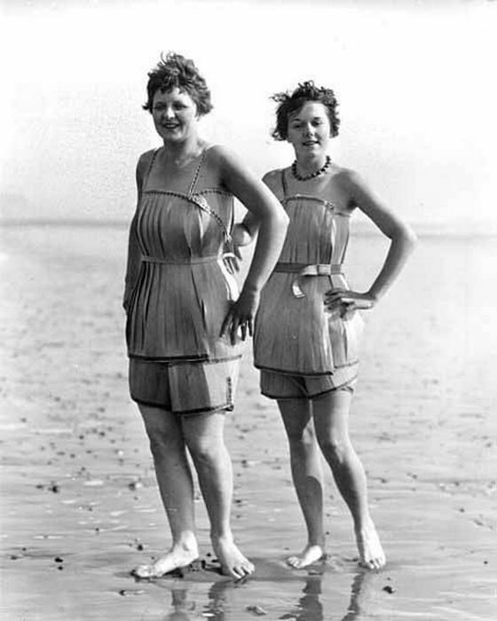 Красавицы позируют в необычных купальных нарядах.