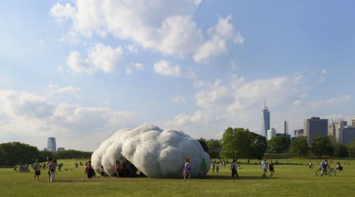 Пластиковое облако установлено на Губернаторском острове в Нью-Йорке