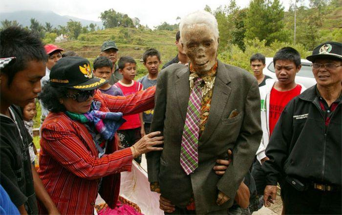 Покойников регулярно наряжают в новую одежду.