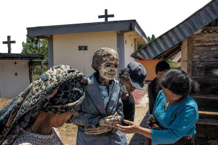 Постепенно покойники становятся похожими на мумии.