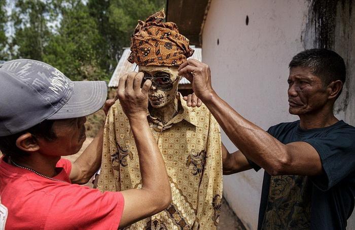 Мертвецы Сулавеси: на острове принято оставлять покойника в доме на несколько лет, а только после этого - хоронить.
