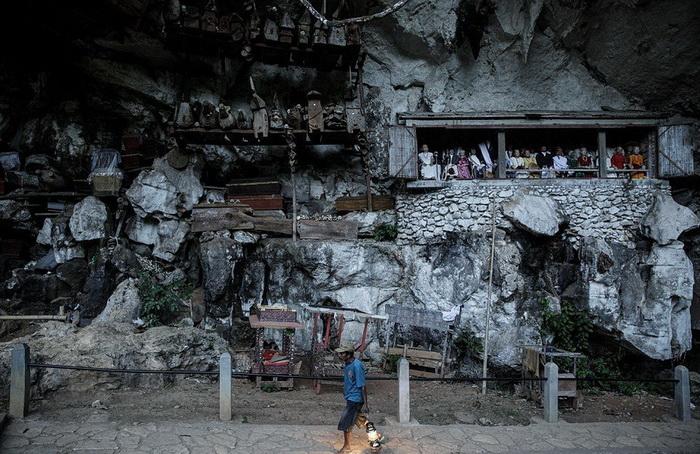 Куклы тау-тау возле могил.