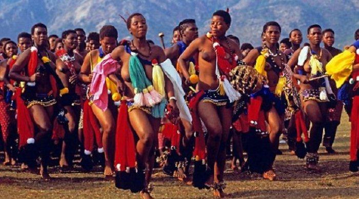Девушки танцуют на параде девственниц.