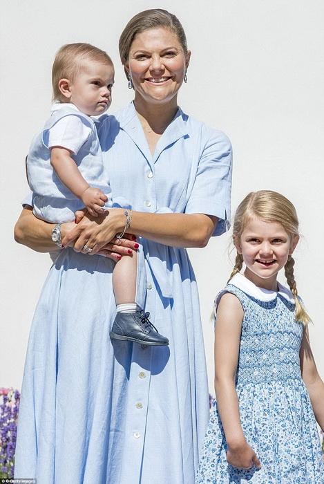 Кронпринцесса Виктория с детьми - принцем Оскаром и принцессой Эстель.