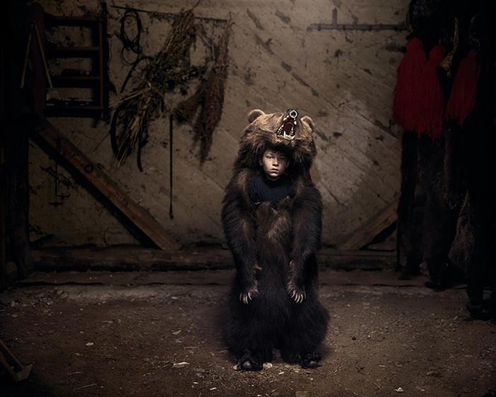Мальчик по имени Чиприан в костюме медведя в Салатруке на востоке Румынии, 2013 год