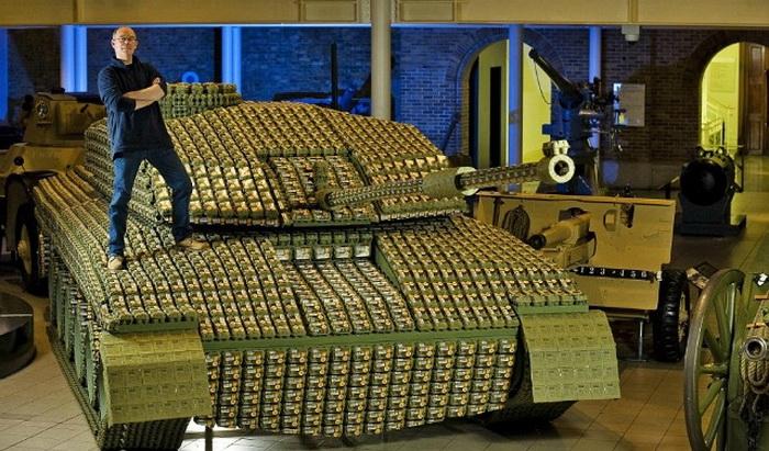 Макет танка из упаковок для яиц