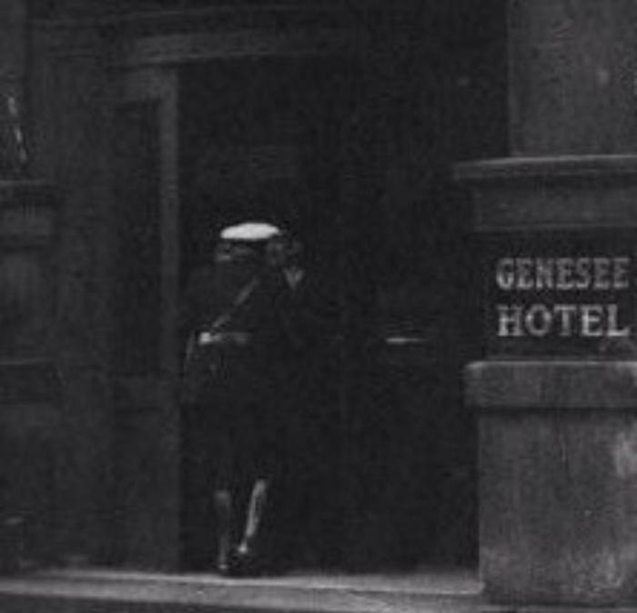 Полицейский заходит в отель.