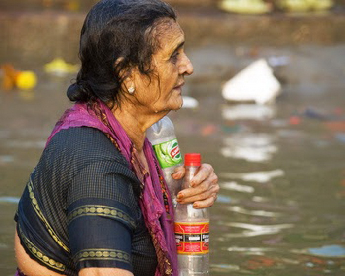 Паломники набирают воду, чтобы отвезти с собой домой.