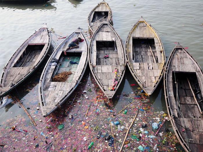 В водах реки Ганг много мусора.