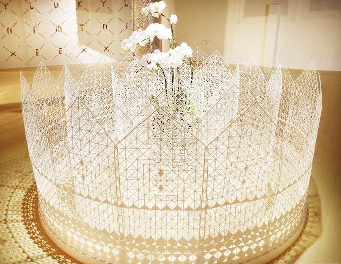Инсталляция The Garden: белоснежные орхидеи и резной забор из бумаги