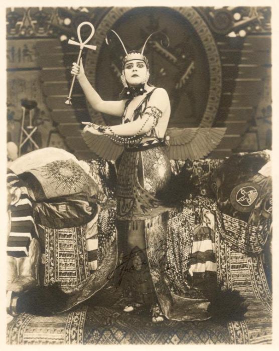 Американская актриса Теда Бара в образе Клеопатры (фильм сегодня считается утерянным).