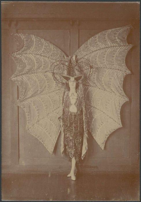 Пикси Герберт в костюме летучей мыши, ок. 1923 г.