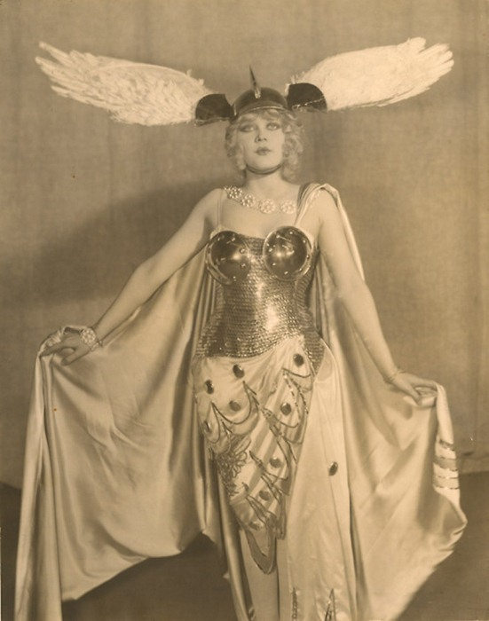 Американская актриса Марион Мартин в костюме от Эрте.