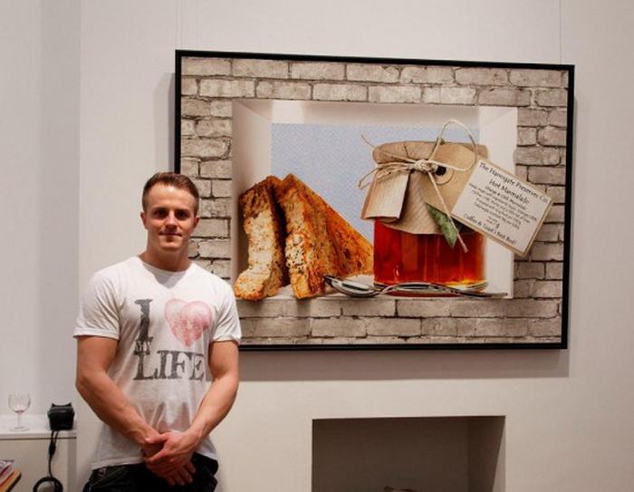 Том Мартин рядом с одной из своих работ