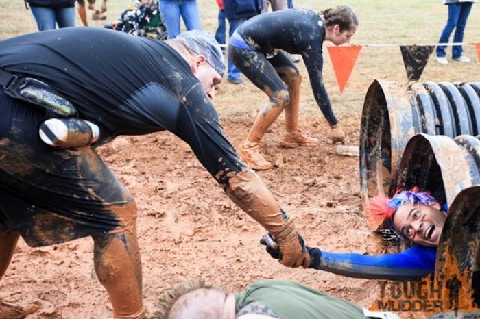 Tough Mudder: участникам необходимо проползти через трубы во время забега